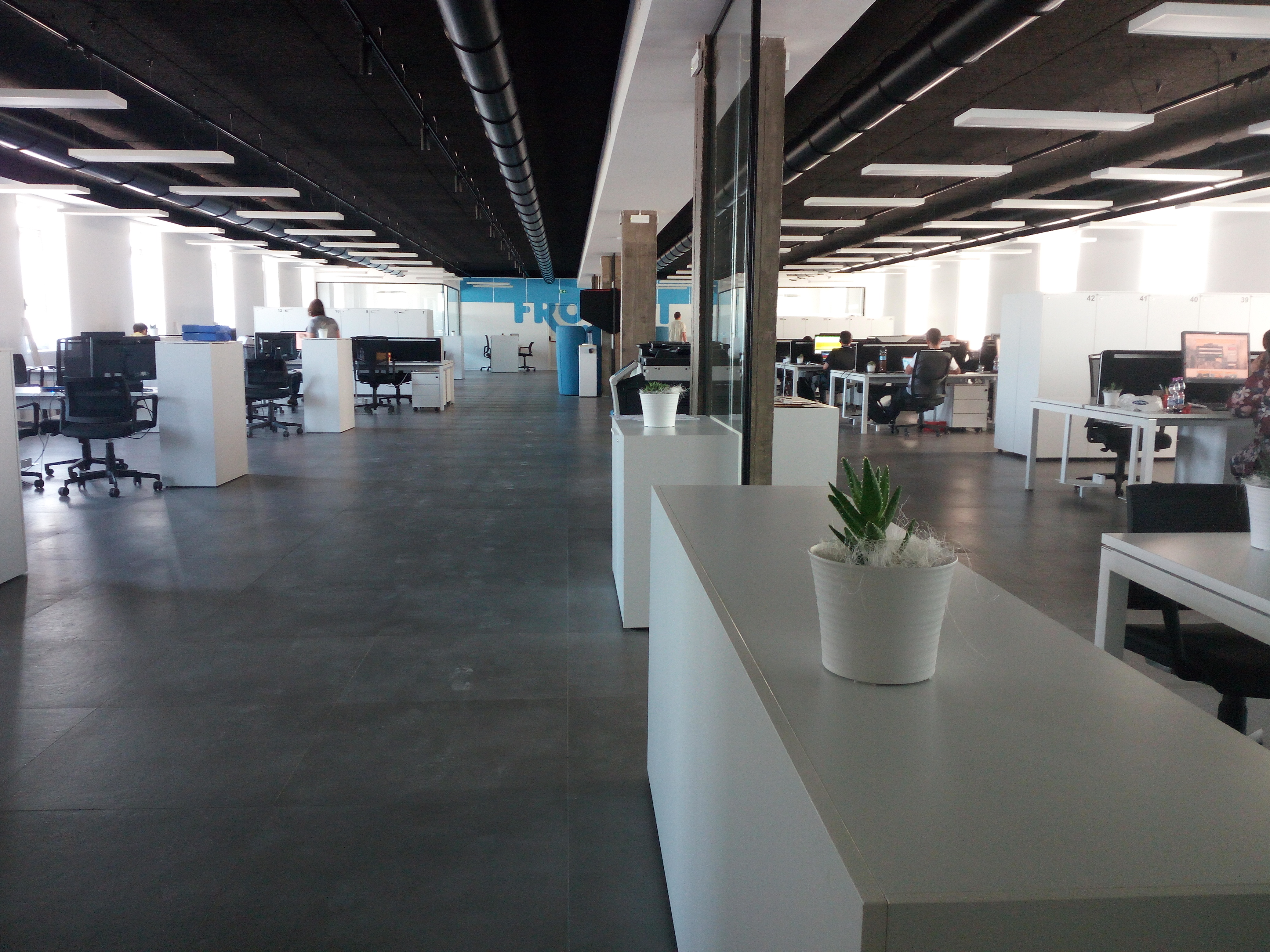 Arredo ufficio  open space, stile industrial, clean e minimal, postazioni multiple