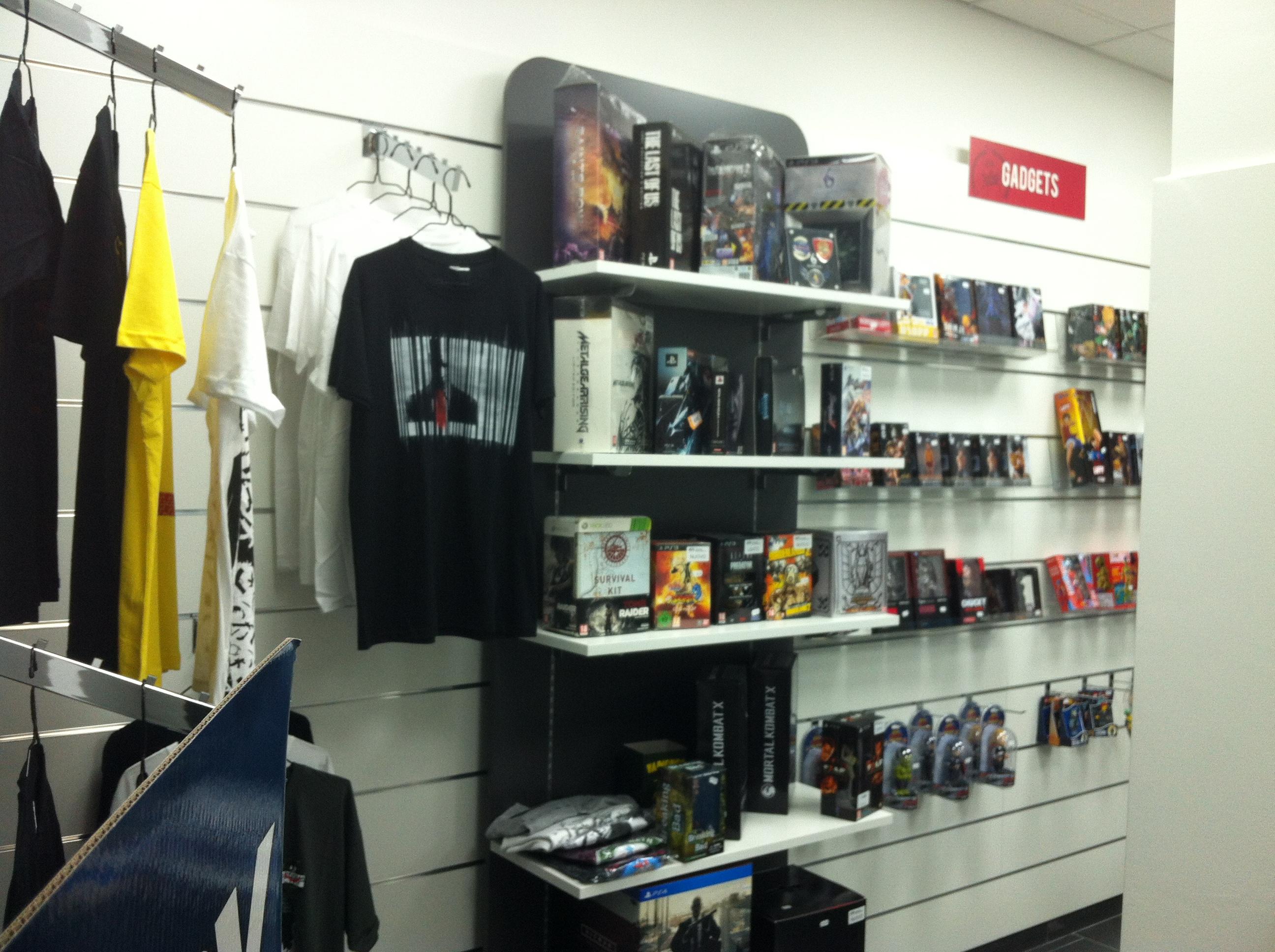 Arredamento negozi per videogiochi, elettronica e gadget, accessori per telefonia, ripiani regolabil