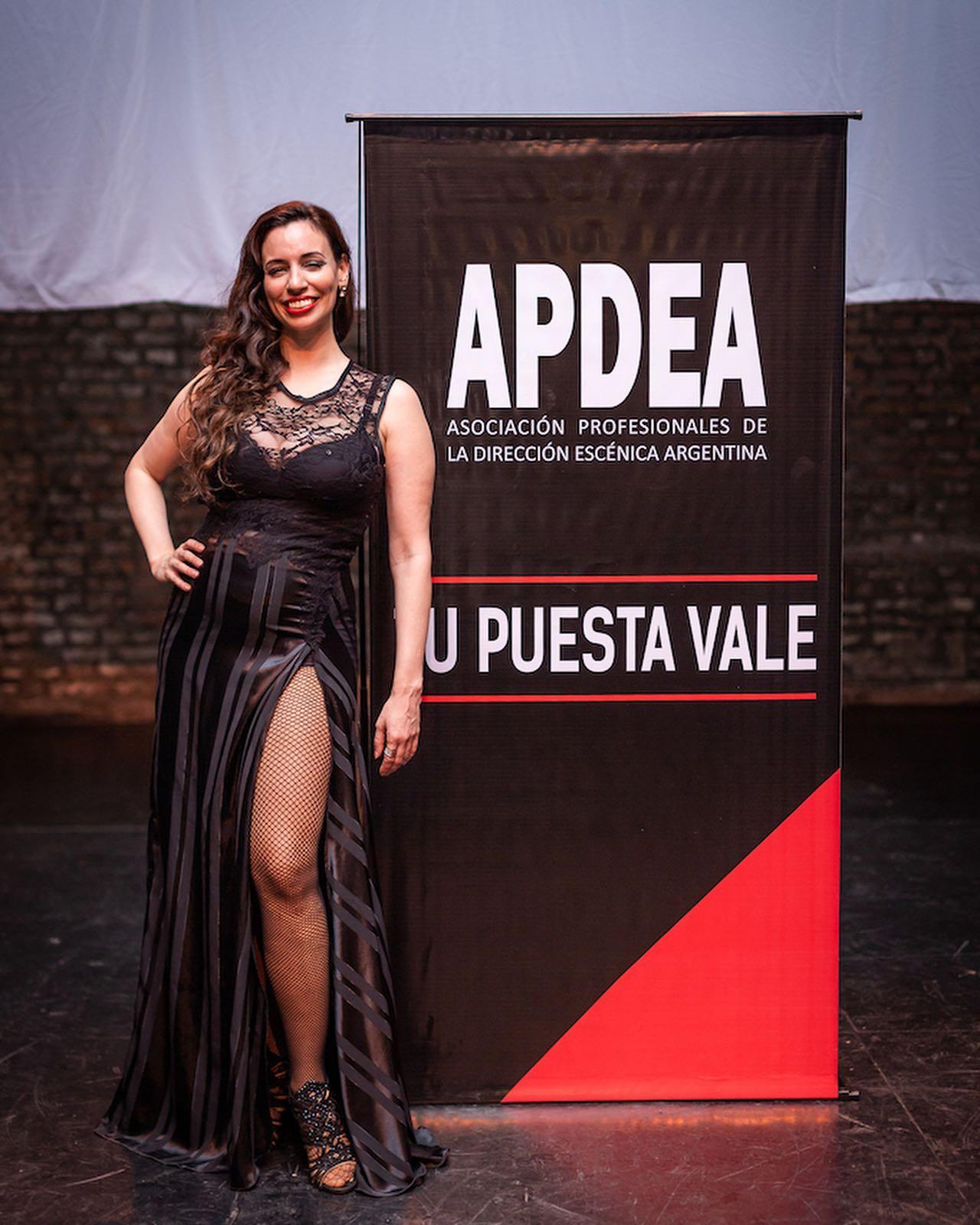 Ana Fontán cantando en APDEA Asociación