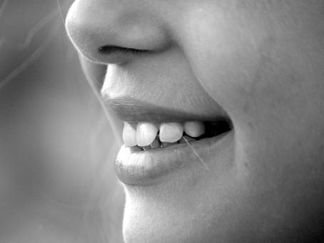 Achter haar stralende lach..