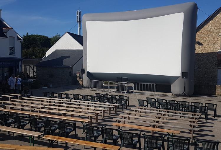 L'écran de projection sur la place du marché