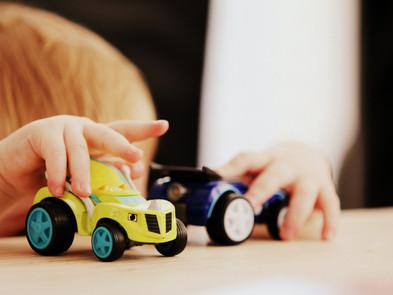 3 brincadeiras para ajudar crianças a se desenvolver em casa