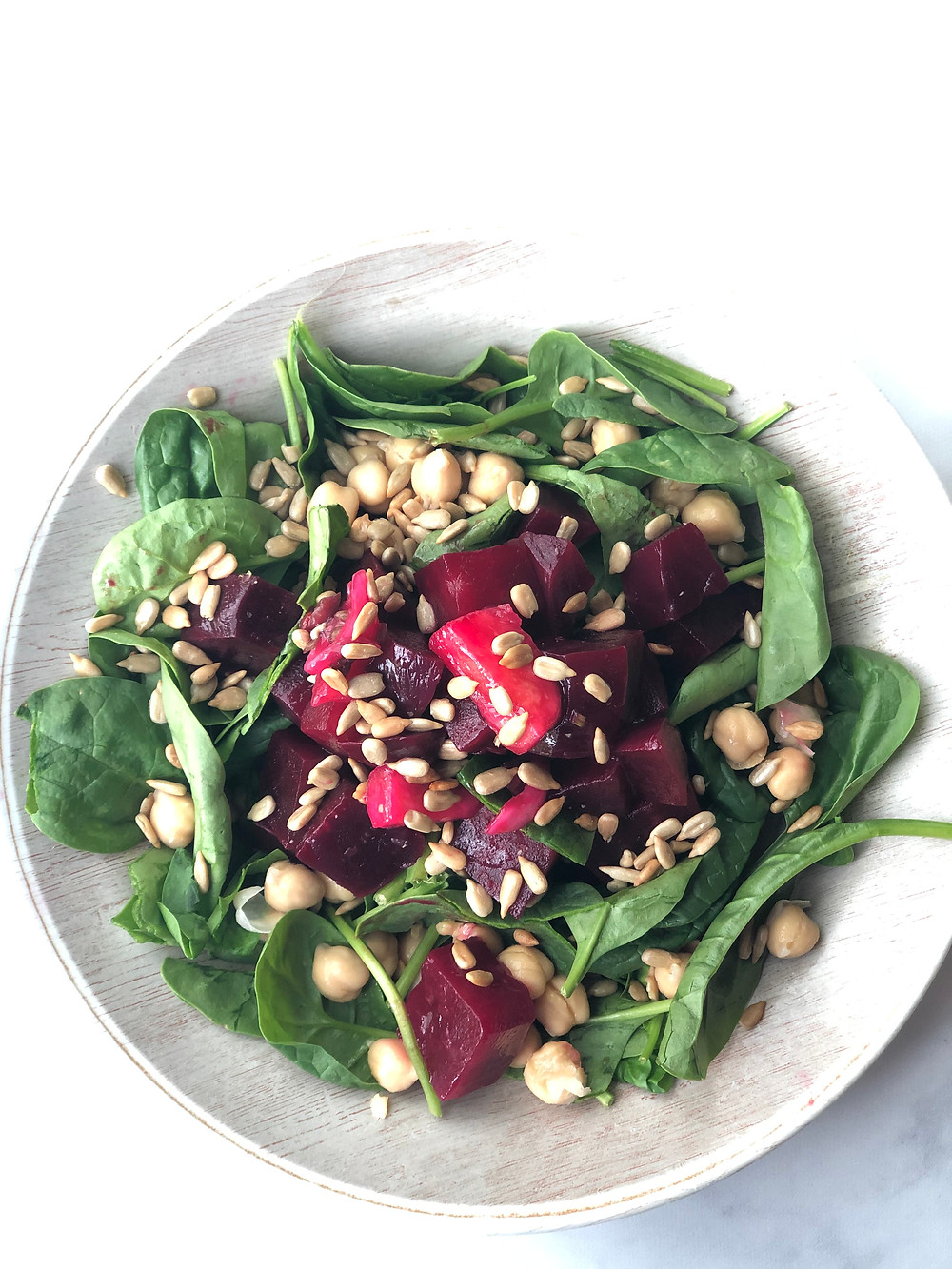Beet salad with sunflower seeds, spinach and chickpeas