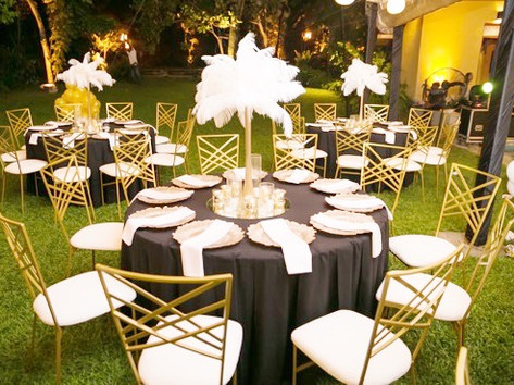 Ostrich feathers, art deco chairs for a different look and feel. All is possible!