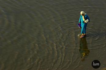 Femme qui marche sur l'eau.