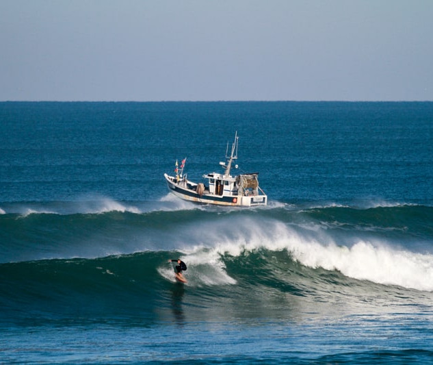 Pêcheur et surfeur