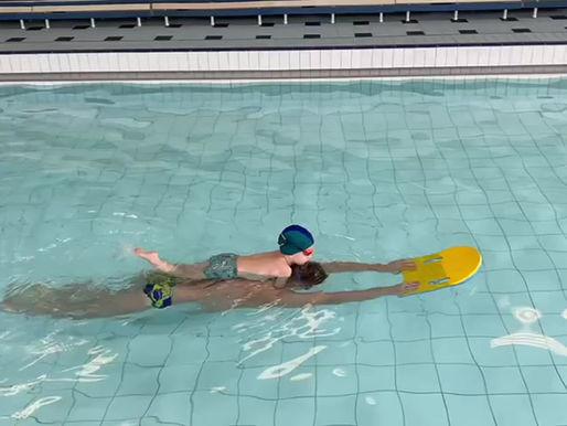 (Видео) Как мы учим плавать детей от 4 лет.