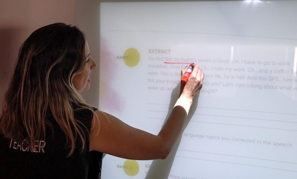 Super teacher usando tecnologia lousa digital