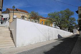 Muro de suporte de terras do Largo D.a Maria II. © Nuno Rocha, 2017. Arquivo O Riomaiorense.