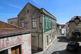 Edifício na Rua João de Deus no.s 35-39. © Nuno Rocha, 2017. Arquivo O Riomaiorense.