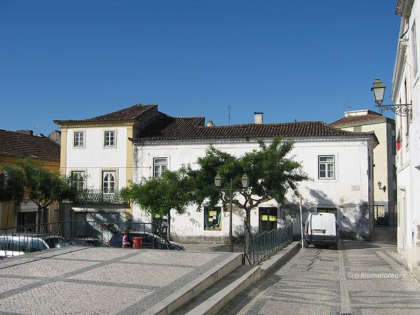 A fachada Sul da Praça do Comércio antes da demolição. © Nuno Rocha, 2008. Arquivo O Riomaiorense.