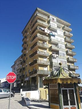 Edifício dissonante. Torre da Rua D. Afonso Henriques (Anos 80). © António Moreira, 2018. Arquivo O Riomaiorense.