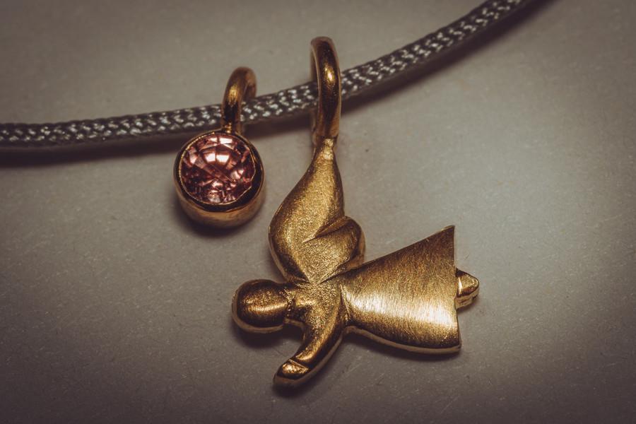 Saphir rosé und Engel in 750er Gelbgold