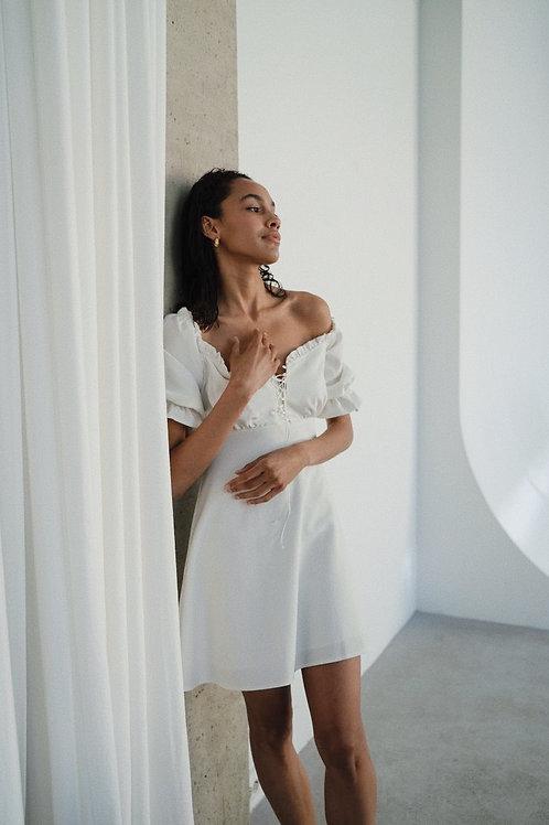 Белое платье на шнуровке