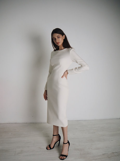 Платье футляр в молочном цвете