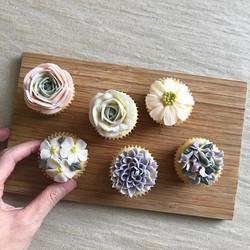 _New class!_ Floral miniatures! I shall update the website soon!! 💕#chicteach #chiccupcakessg #butt