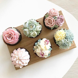 Some of my favourite floral cupcakes using the korean method💕 #chiccupcakessg #buttercreamflowers #