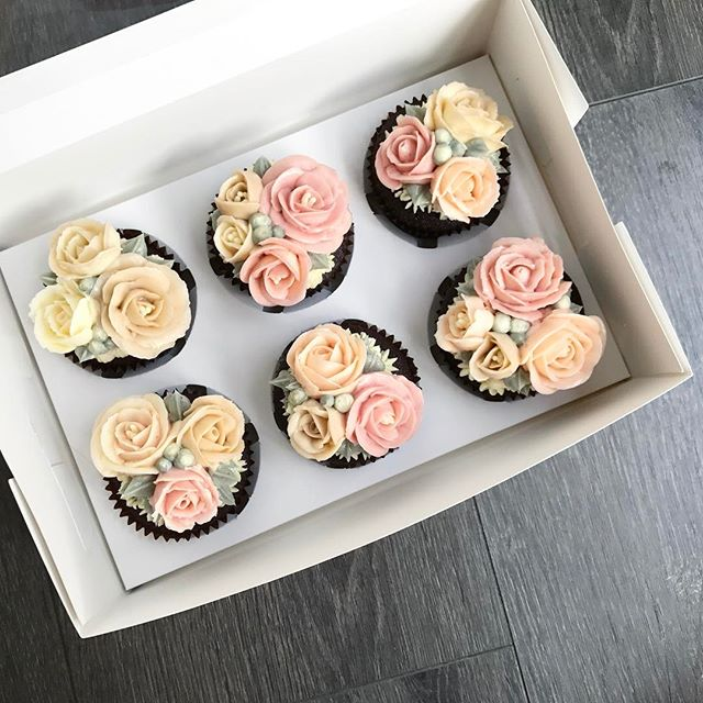 First batch of triple and quad roses on cupcakes 💕 #chiccupcakessg #bakersofsgp #buttercreamflowers