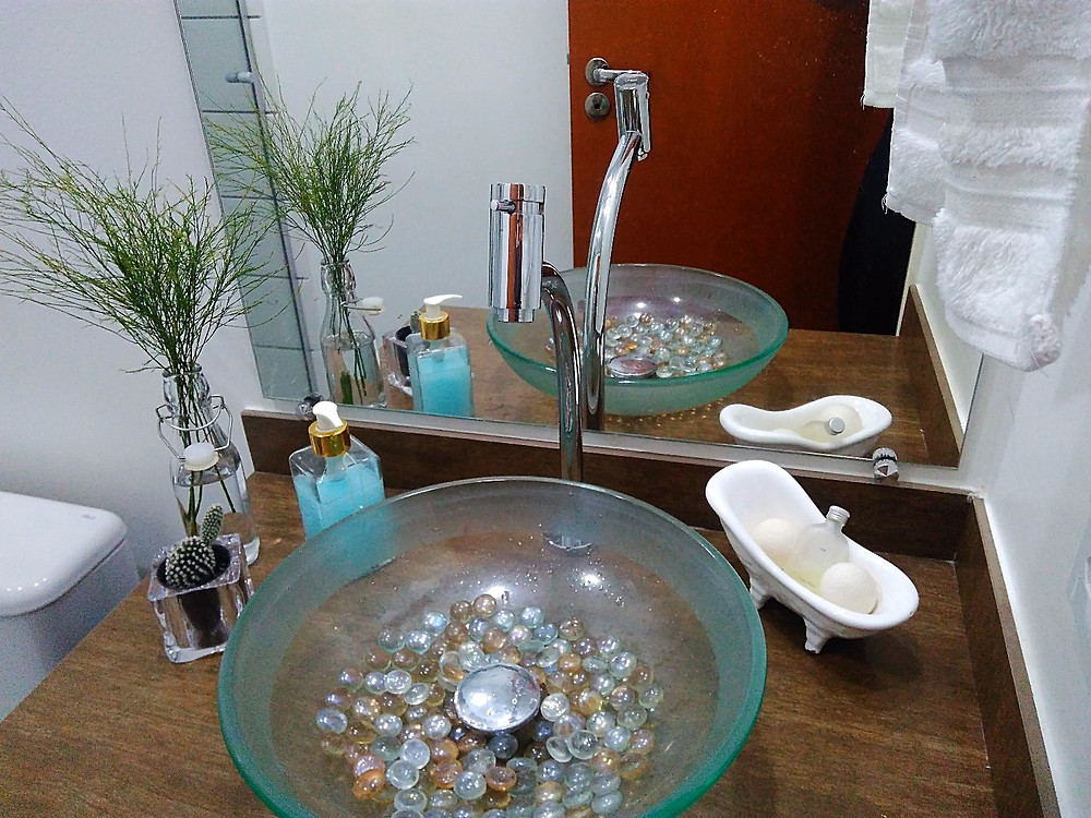 garrafa como vaso no lavabo_ upcycling