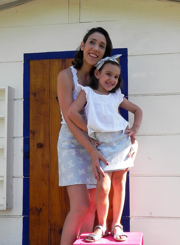 Fabi e Julia vestindo as saias laços, uma das primeiras peças da Alícia