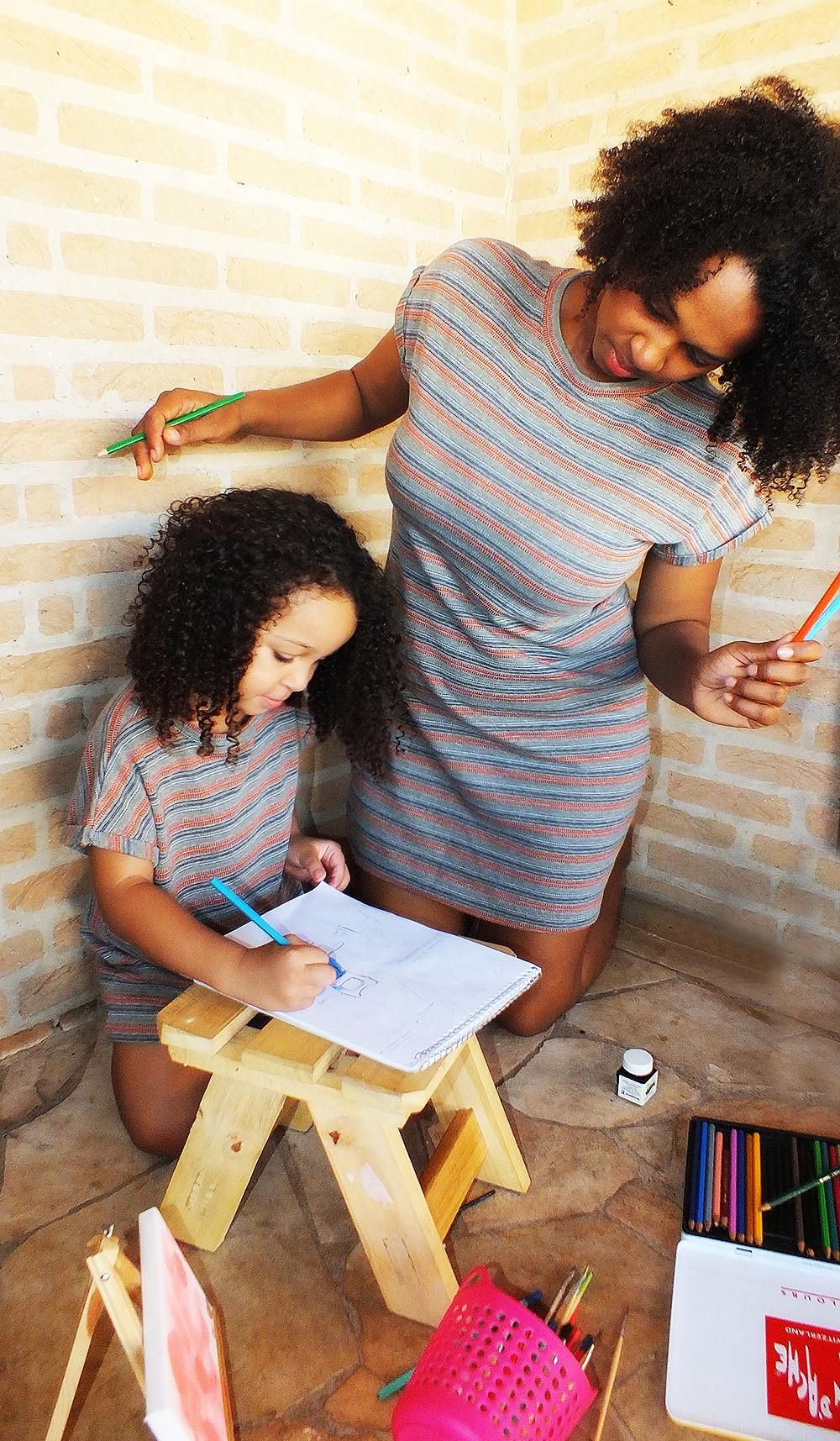 mãe e filha pintando - vestidos tal mãe tal filha