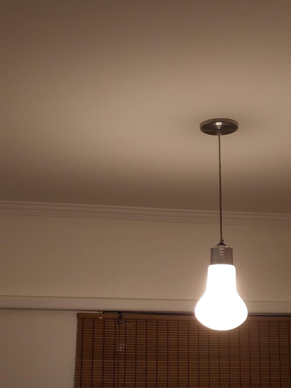 Lâmpada gigante faz uma brincadeira no meu `quarto de ideias´