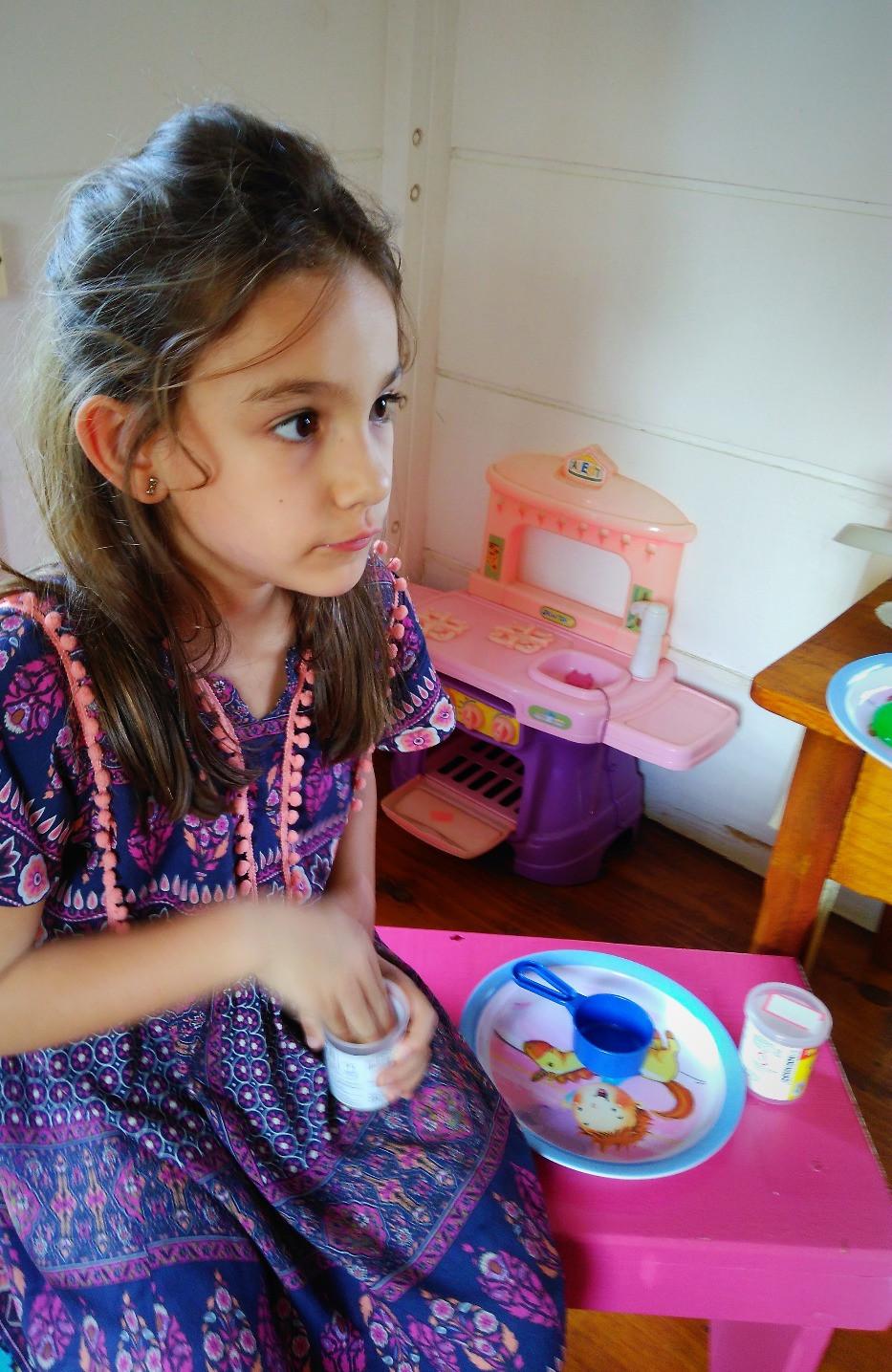 brincando - casinha de boneca - vestindo Alícia