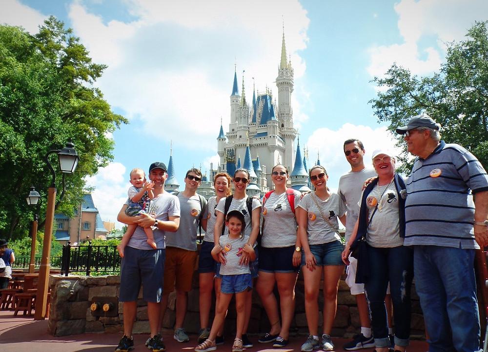 família na Disney vestindo Alícia