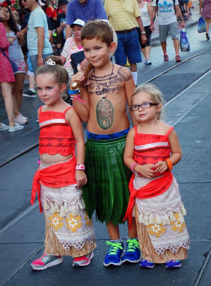 irmãos fantasiados Na Disney