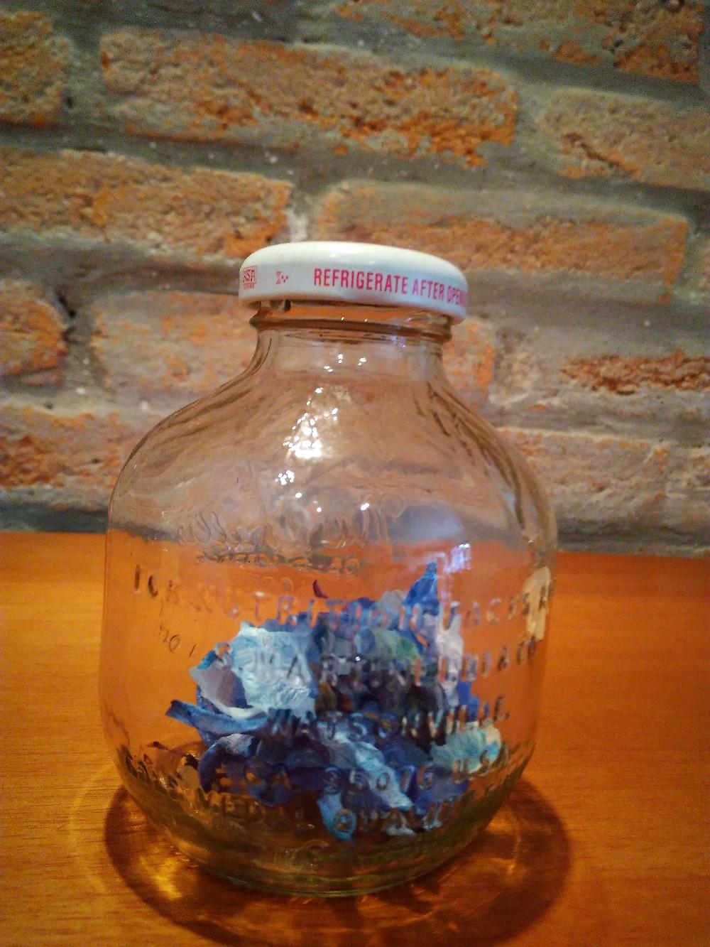 garrafa de suco de maçã com flores secas