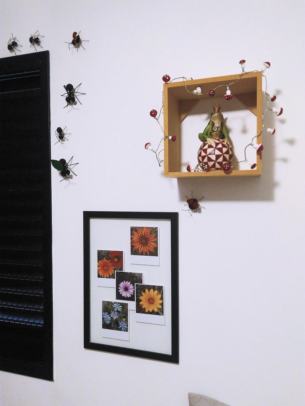 formigas e fotografias de flores na decoração