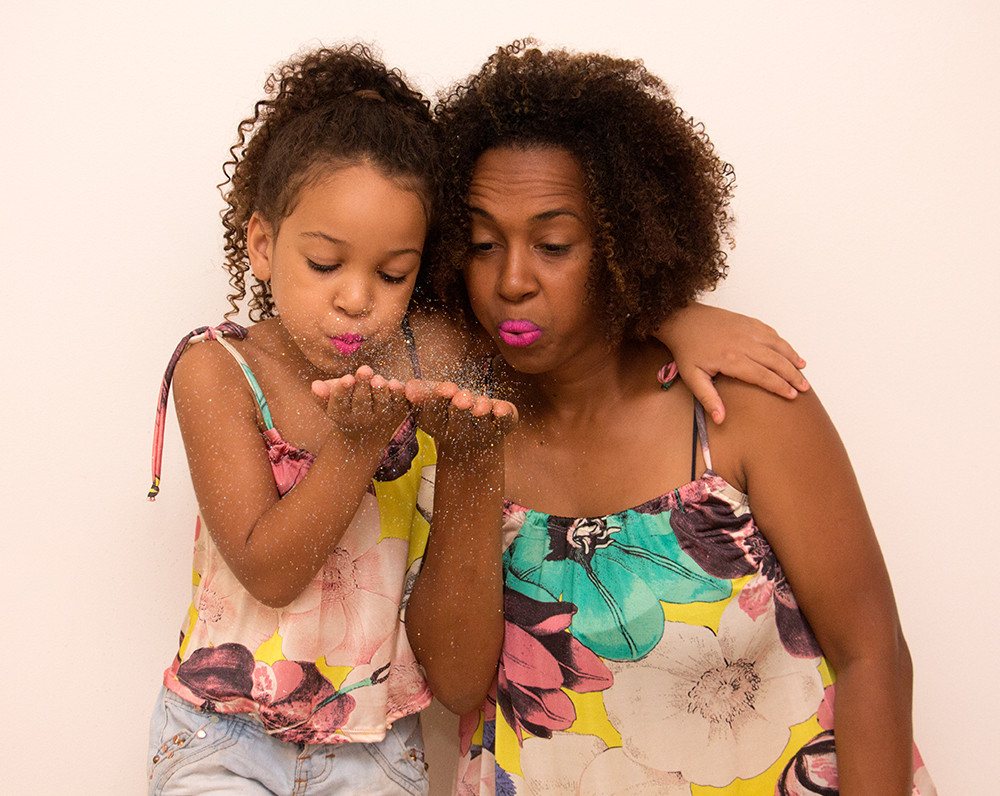 mãe e filha vestindo Alícia