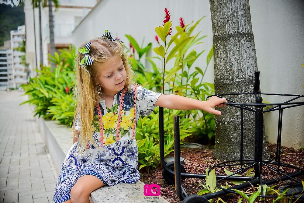 Sophia se divertindo no jardim do prédio