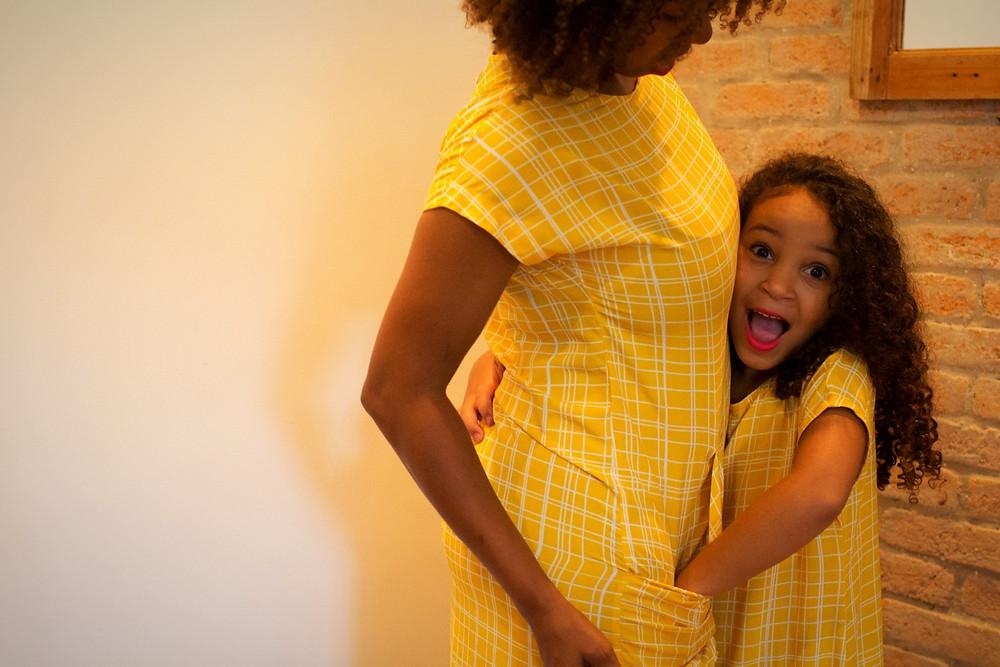 mãe e filha vestindo Look Alícia