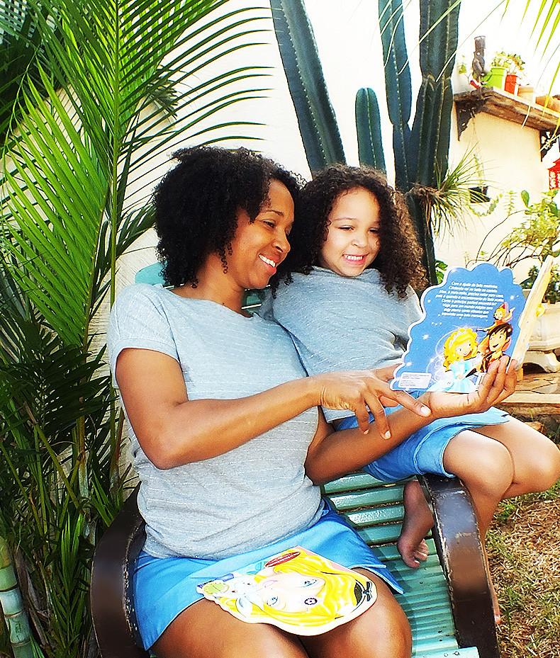 mãe e filha lendo ao ar livre look tal mãe tal filha