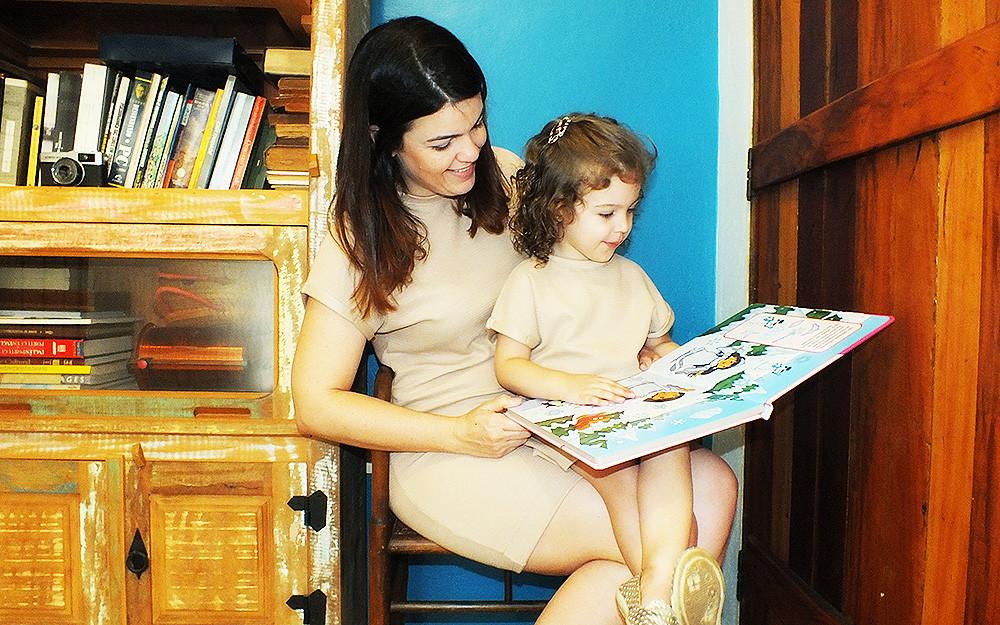 mãe e filha lendo look tal mãe tal filha