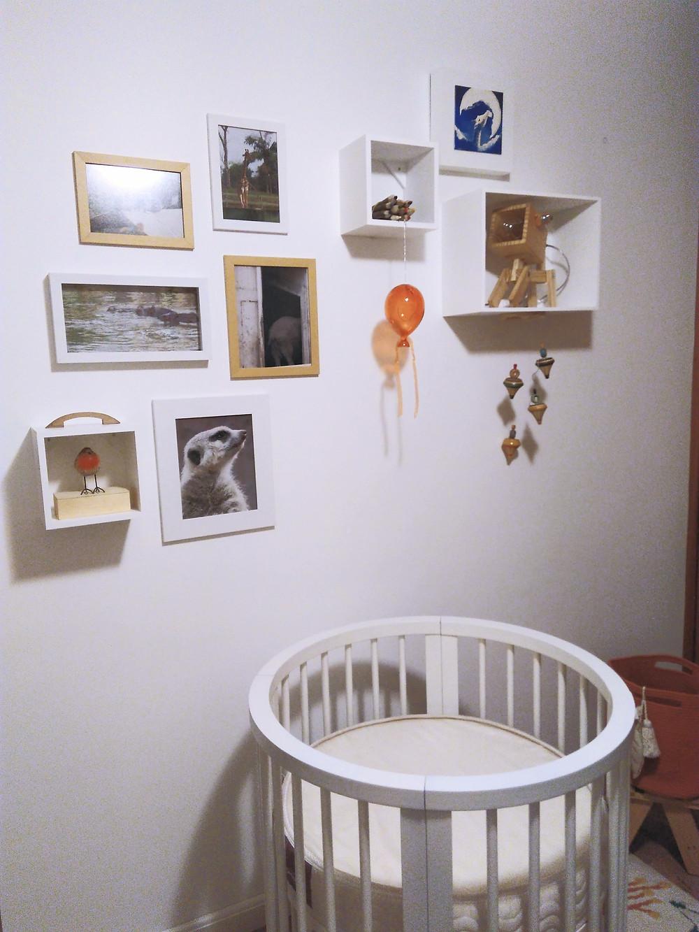 parede do berço mesclando fotos nichos e objetos