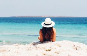 Zdjęcie przedstawia dziewczynę patrzącą na morze