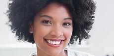 Porträtt av en vacker leende kvinna
