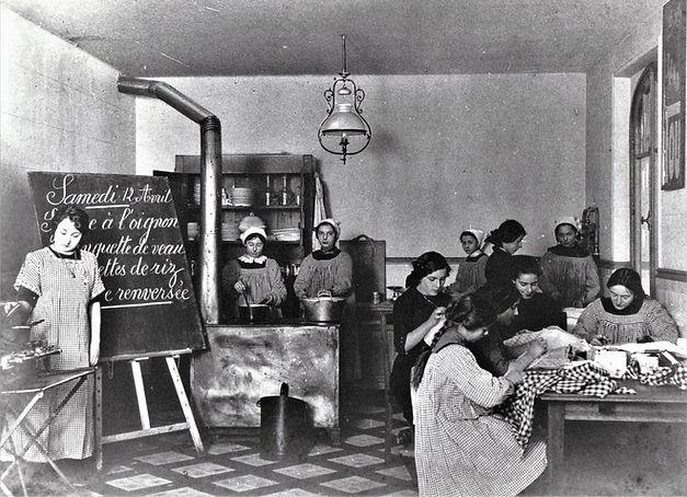 Cours d'enseignement ménager organisé par la société d'HBM du XVIe arrondissement de Paris dans son immeuble de 52 logement bâti en 1910-11 par l'architecte Gaston Ernerst, 53 rue Chardon Lagache.