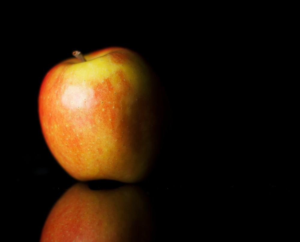 Une photo de pomme sur fond noir.