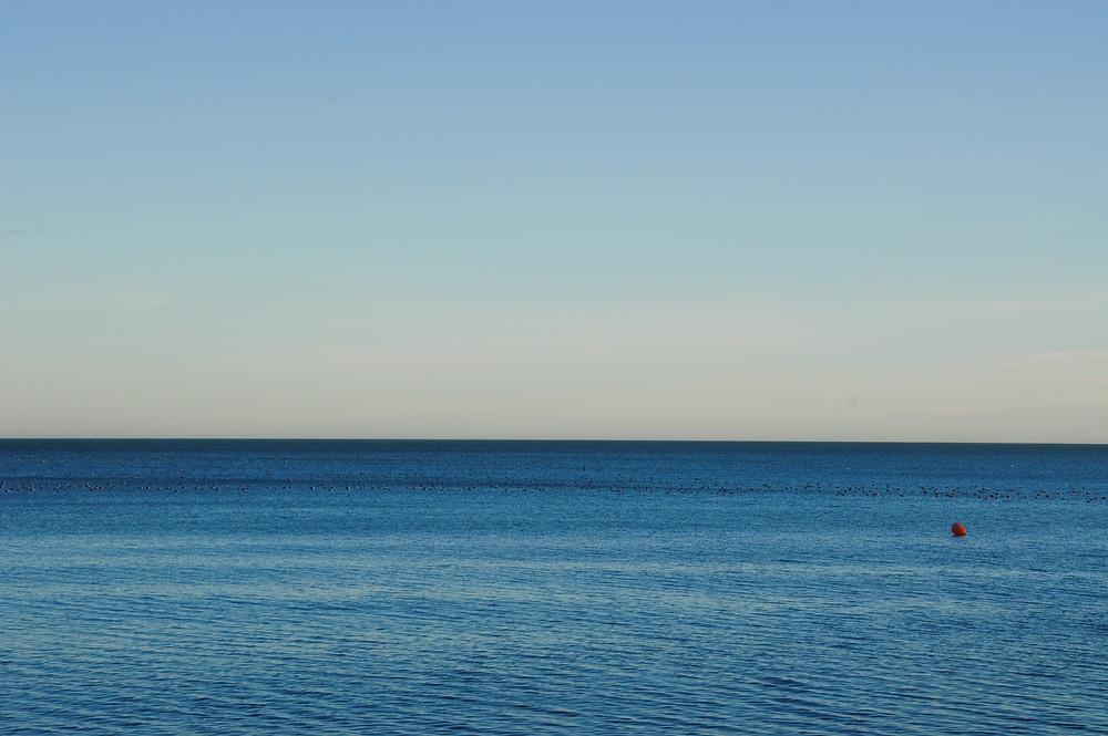 Photo d'une mer paisible, calme et bien bleue