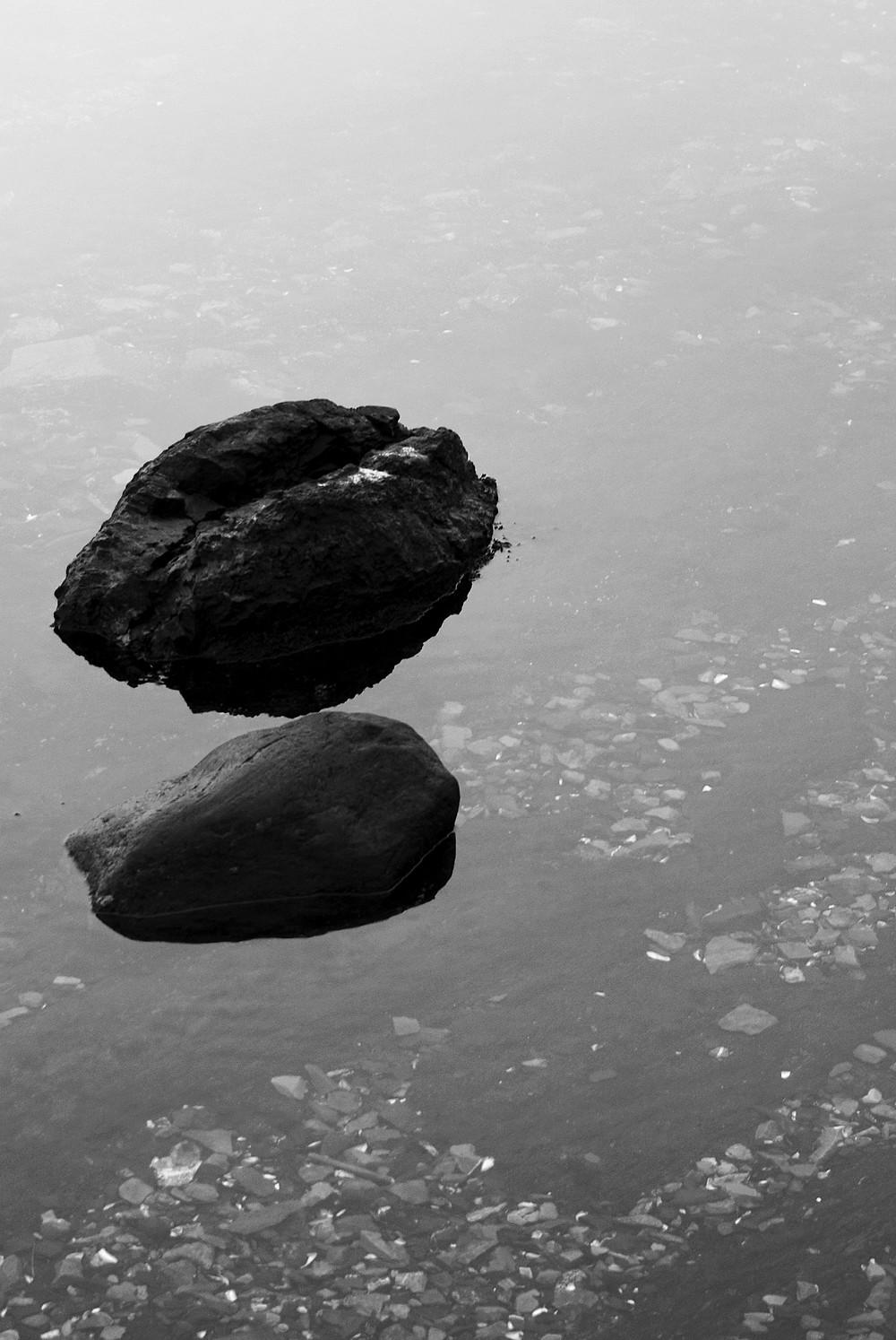 Deux pierres dans une eau calme