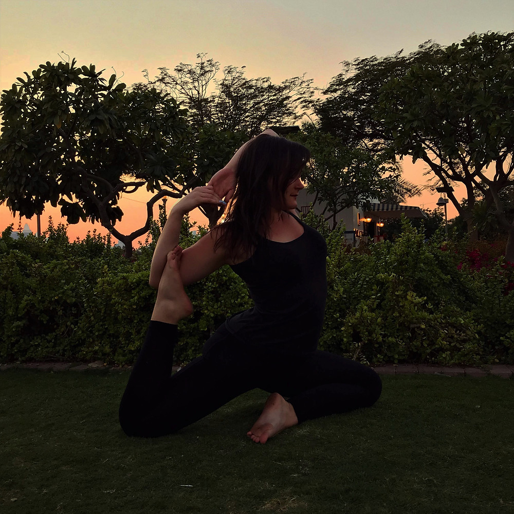 Lucille qui fait du yoga.