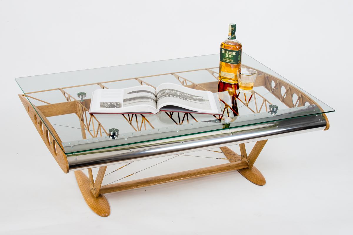 Designový stolek ve tvaru křídla