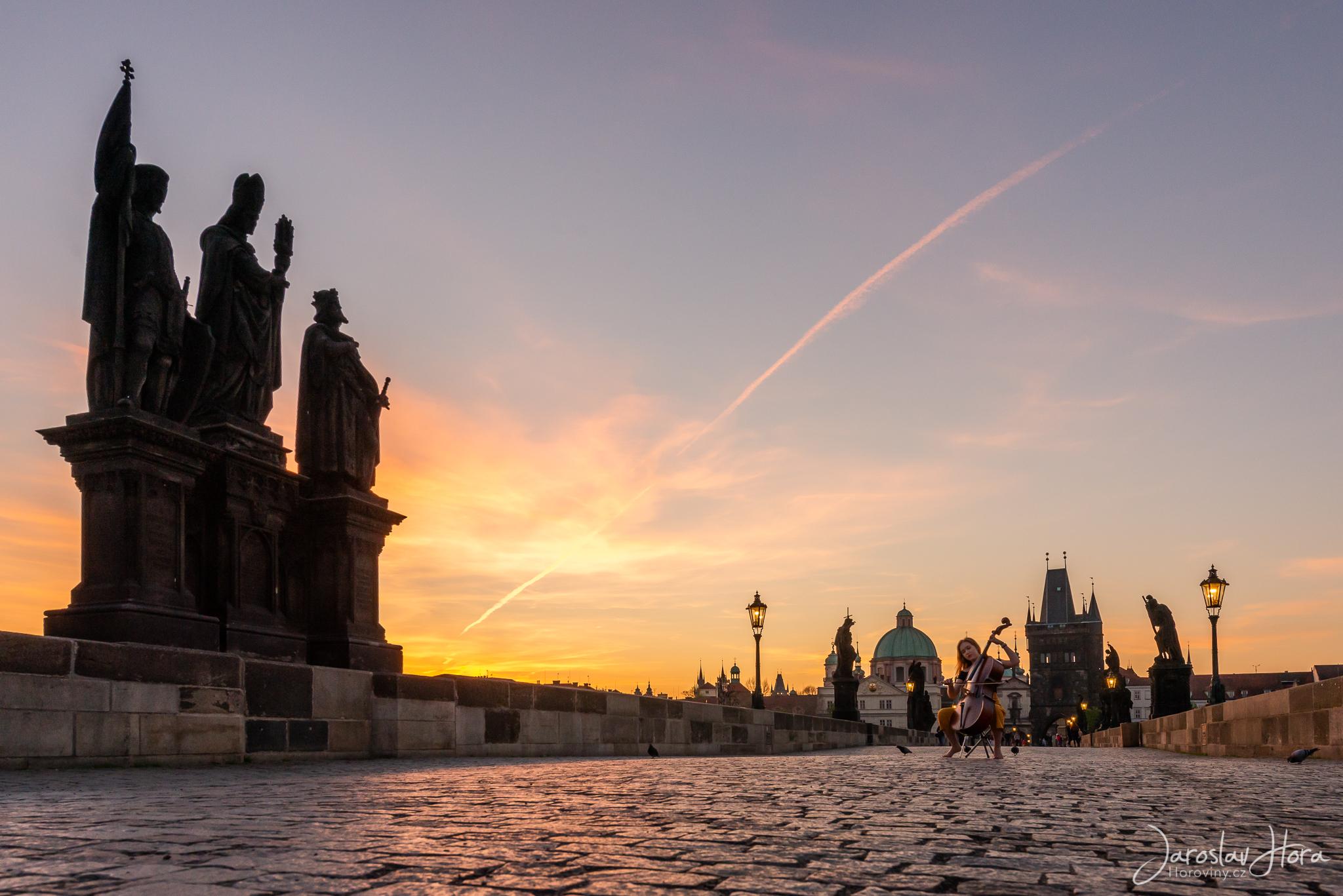 Svítání na Karlovu mostu