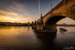 Svítání pod Karlovým mostem