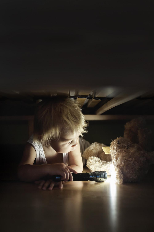 child scared of the dark