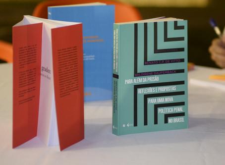 Lançamento de livros encerra primeiro dia do seminário