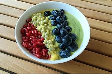 Smoothie bowl épinard, mangue, banane